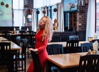 Jak nosić koronkową sukienkę? Dodatki, buty i torebki do sukienki z koronką