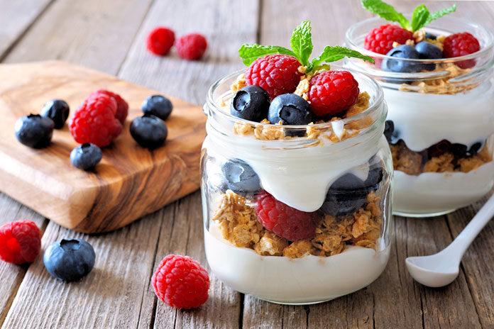 Zdrowe przekąski na każdą porę roku – jogurt naturalny z owocami sezonowymi